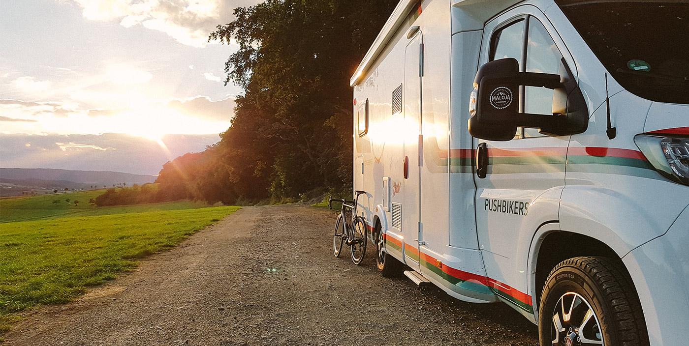 """Mit Camper """"Carlo"""" durch Europa: Die Pushbikers und ihr CaraLoft"""