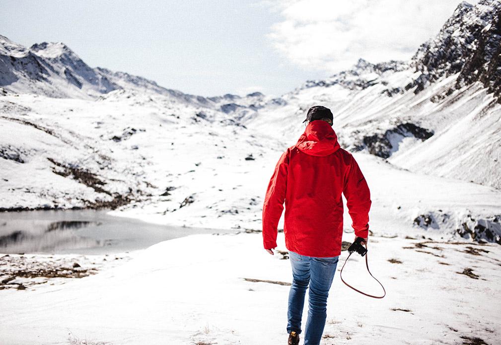 Erst baden, dann sonnen und danach durch Schnee wandern.